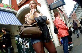 હોટ જર્મન ટીન શોર્ટ્સ સ્ટોક કરી રહ્યા છીએ બસ સ્ટોપ એસ પગ પર