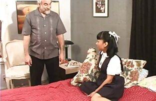 શ્યામાની શાળાની છોકરી તેની સ્ત્રી સાથે તેના માસ્ટર માટે રમે છે.