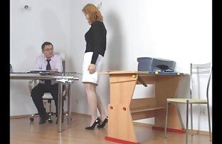 તોફાની વિદ્યાર્થીને શિક્ષક દ્વારા સજા કરવામાં આવી રહી છે
