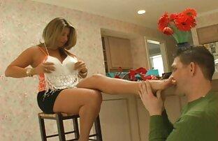 ખરીદી પછી પગલું-મમ્મીએ તેના પગ સાફ કર્યા છે