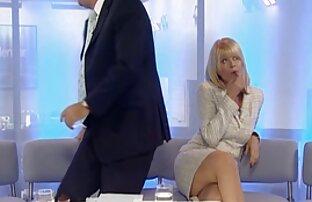 ક્રિસ્ટીન તાલબોટ તેના પગ બતાવે છે