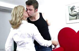 સેક્સી પરિપક્વ મમ્મીને તેના પુત્રના મિત્ર દ્વારા સખત વાહિયાત.