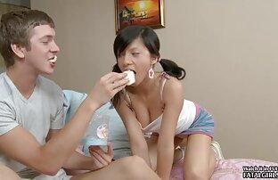 ગરમ ચપળતાથી સેક્સી યુવાન ટીન બેબી ચહેરા પર ચૂસી જાય છે અને મેળવે છે
