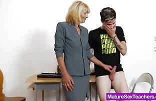 માતા શિક્ષક વત્તા ડિક ભજવે છે