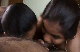 દેશી ભારતીય આન્ટી અને તેની પુત્રી નહીં સાથે મળીને ટોટી ચૂસે છે